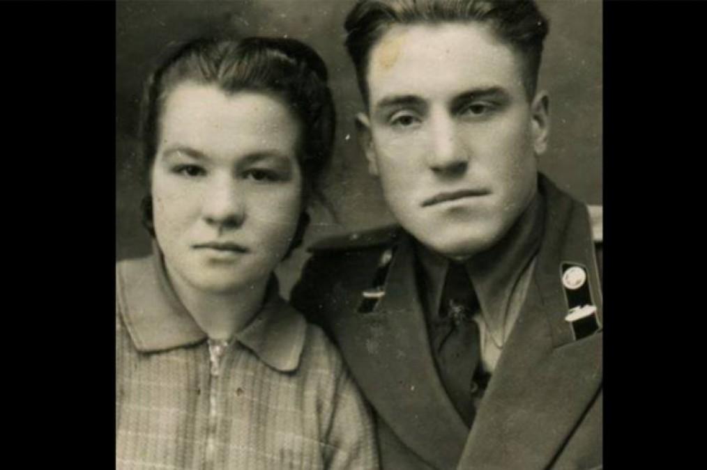 """""""Mama mi-a interzis să mă mai întâlnesc cu tine. Iartă-mă! Te iubesc și te voi iubi mereu…"""" i-a scris ea in 1954. Si de atunci nu s-au mai vazut. 63 de ani mai tarziu, un strain a gasit pe strada un portofel vechi si asa a inceput totul…"""