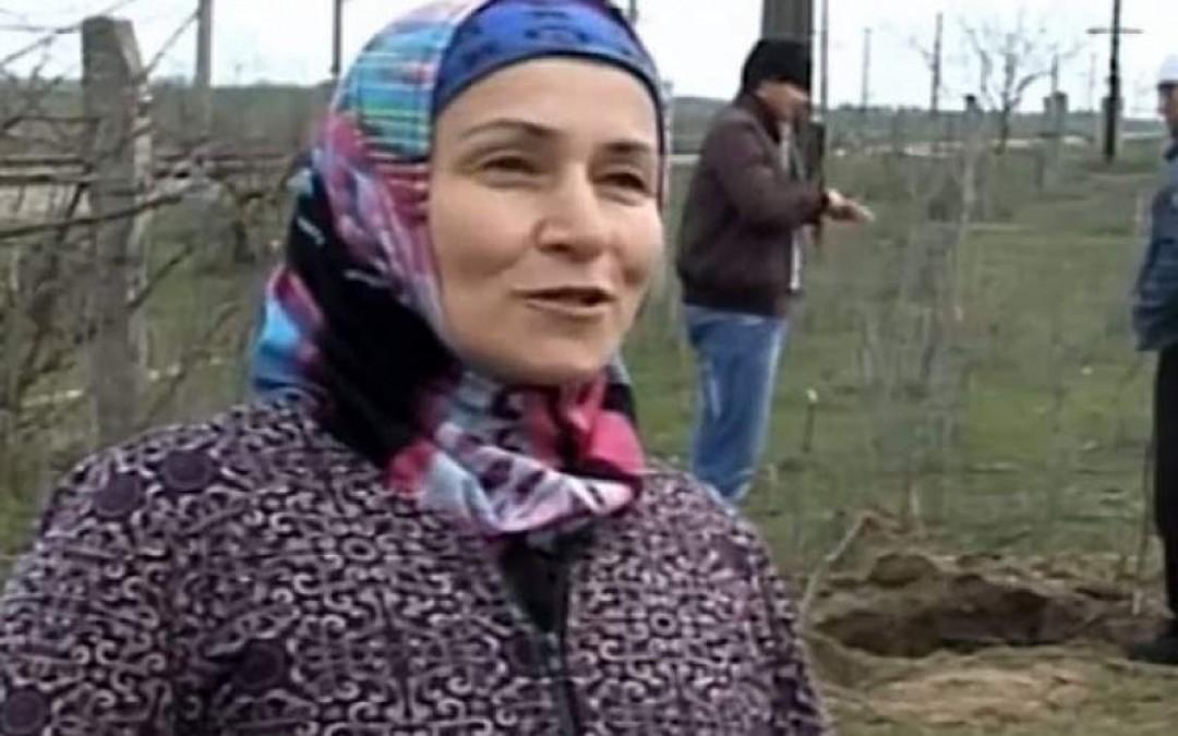 O femeie planta cartofi atunci când un sunet ciudat s-a auzit din pământ! S-a apropiat și… Uite ce a găsit femeia